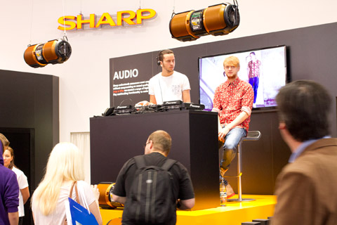 Sharp presenterade en 90-tum stor led-tv, men ocks� ordentliga bergspr�ngare.
